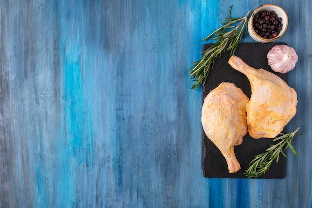 Gemarineerde kippendijkruiden. bovenaanzicht Premium Foto