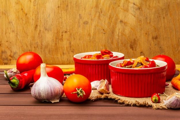 Gemarineerde salade met groenten in het zuur Premium Foto