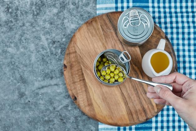 Gemarineerde sperziebonen in het metalen blik met olijfolie eromheen. Gratis Foto