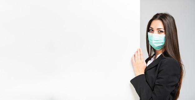 Gemaskerde zakenvrouw in fron van een witte muur Premium Foto