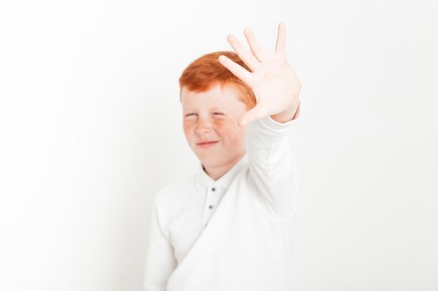 Gemberjongen die hand bereikt Gratis Foto