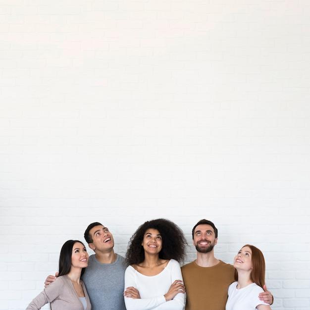 Gemeenschap van jonge mensen die samen poseren Gratis Foto