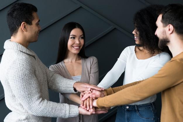 Gemeenschap van jongeren hand in hand Gratis Foto