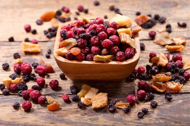 Gemengd van gedroogd fruit op een houten tafel Premium Foto