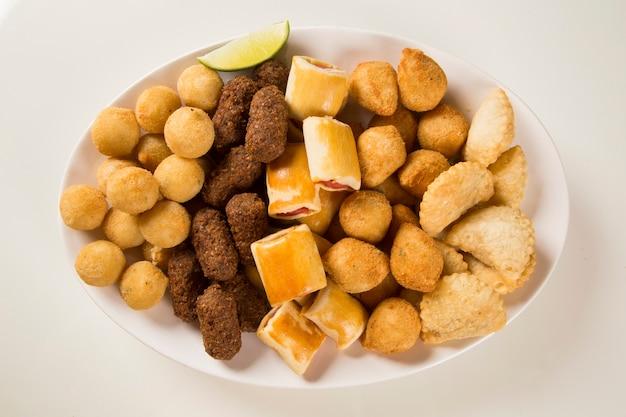 Gemengde braziliaanse snack. Premium Foto