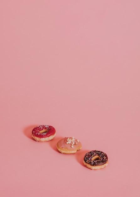 Gemengde donuts op een rij Gratis Foto