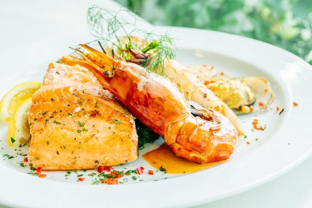 Gemengde geroosterde zeevruchtenlapje vlees met zalmgarnaal en ander vlees Premium Foto