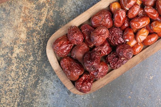 Gemengde gezonde gedroogde vruchten op houten plaat. hoge kwaliteit foto Gratis Foto