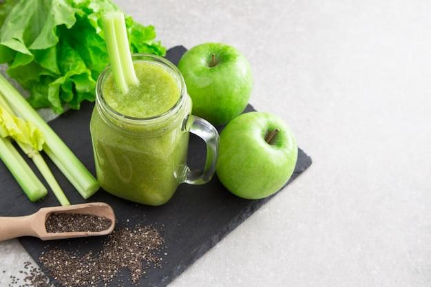 Gemengde groene smoothie met ingrediënten. superfood, detox en gezond concept. selectieve aandacht Premium Foto