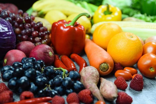 Gemengde groenten en fruit achtergrond gezond voedsel schoon eten voor de gezondheid - assorted vers rijp fruit rode gele en groene groenten markt oogsten landbouwproducten Premium Foto