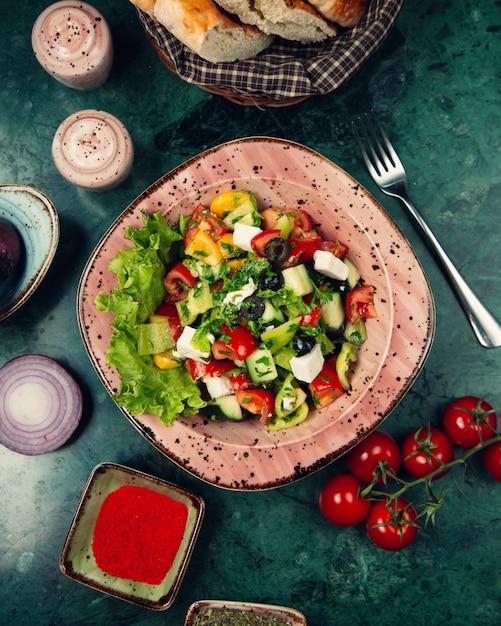 Gemengde groentesalade met kruiden Gratis Foto