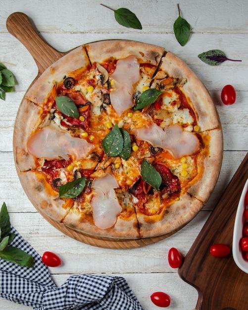 Gemengde pizza gegarneerd met ham Gratis Foto