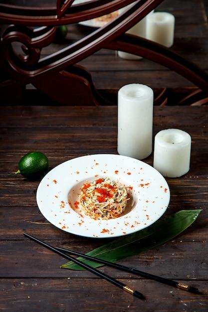 Gemengde salade gegarneerd met rode kaviaar Gratis Foto