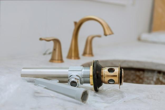 Gemonteerde rioolafvoer met gootsteen aan het werk in een badkamer Premium Foto