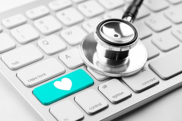Geneeskunde arts & verpleegkundige werken met medische pictogrammen Premium Foto