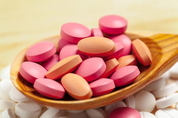 Geneeskundecapsules, pillen op houten lepel Premium Foto
