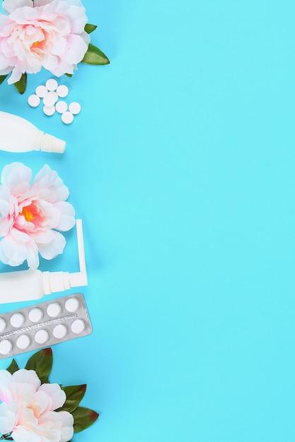 Geneesmiddelen voor griep, ziekte, verkoudheid, hoest tegen een blauwe achtergrond met tabletten. bovenaanzicht, platliggend. Premium Foto