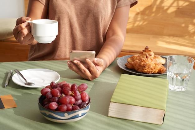 Genieten van koffie bij het ontbijt Gratis Foto