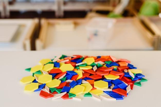 Geometrie en wiskunde materialen in een montessori klaslokaal Premium Foto