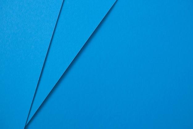 Geometrische abstracte creatieve blauwe kartonnen achtergrond. plat leggen Gratis Foto