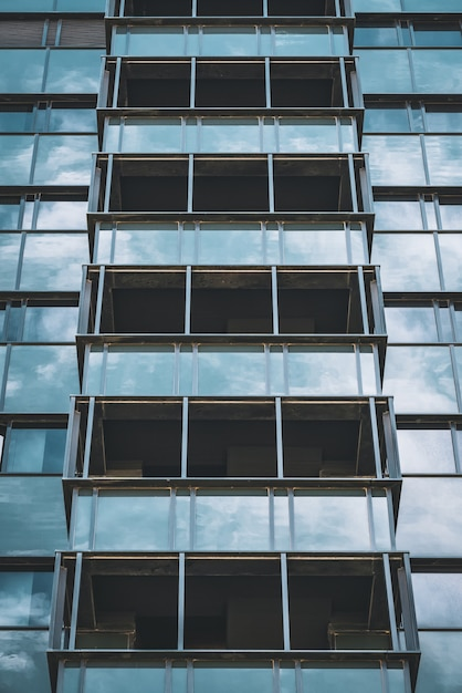 Geometrische glazen gevel van een kantoorgebouw Premium Foto