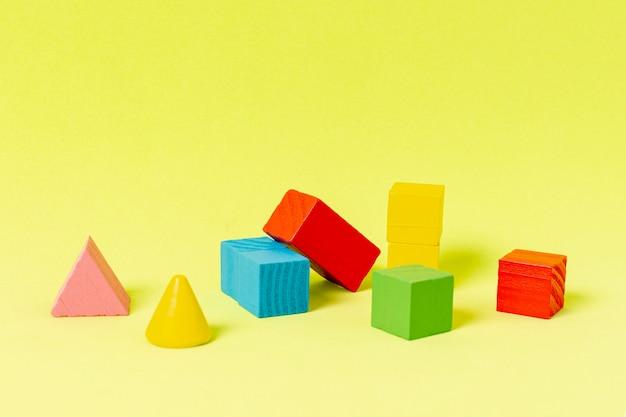 Geometrische vormen voor financiële planning op gele achtergrond Gratis Foto