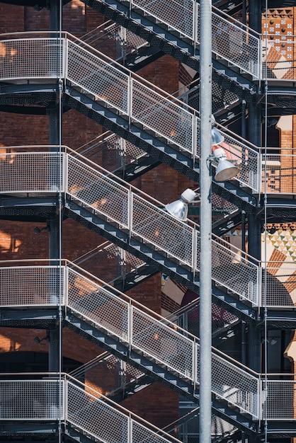 Geometrische weergave van de buitentrap van een stedelijk gebouw Premium Foto
