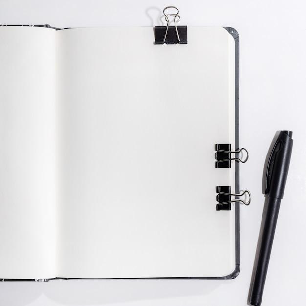 Geopend notitieboekje op wit Premium Foto