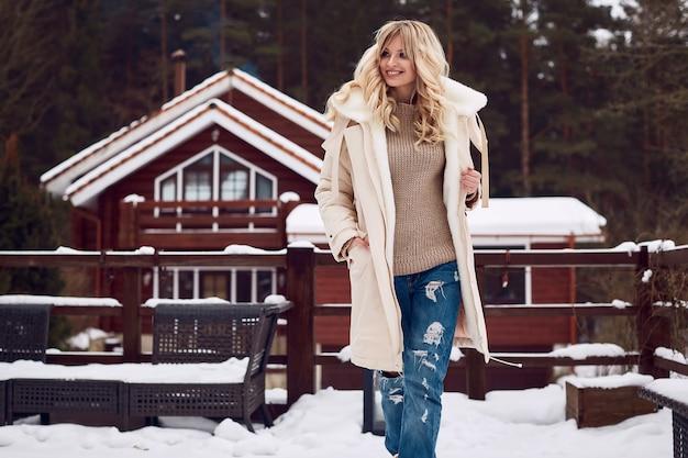 Georgeous elegante blonde in lichte winterjurk Premium Foto