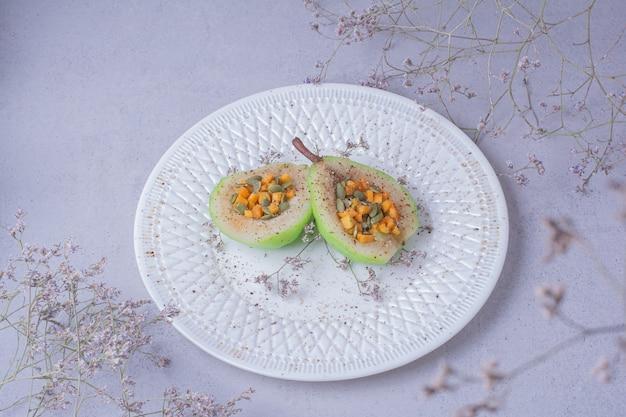 Gepelde perensalade met wortel en pompoenpitten Gratis Foto