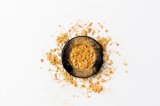 Geplette gouden oogschaduw palet textuur. gouden Premium Foto