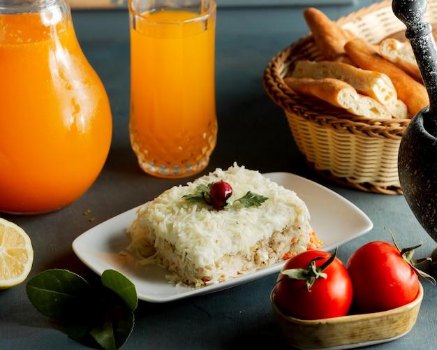 Geporteerde mimosasalade met geraspte kaas van kipwortelaardappel en mayonaise Gratis Foto
