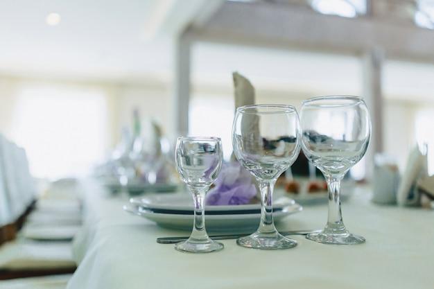 Gerechten op bankettafels, glazen, lepels en borden serveren Premium Foto