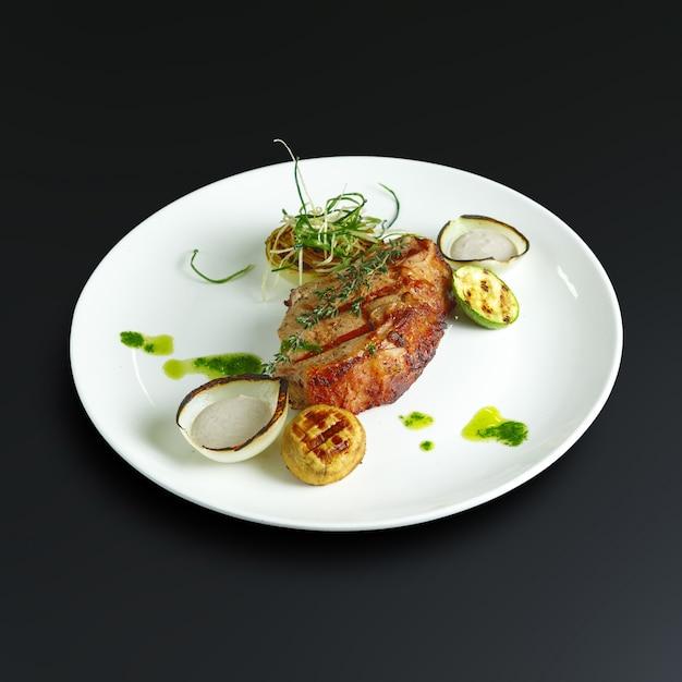 Gerechten uit de traditionele russische keuken. restaurant serveert Premium Foto