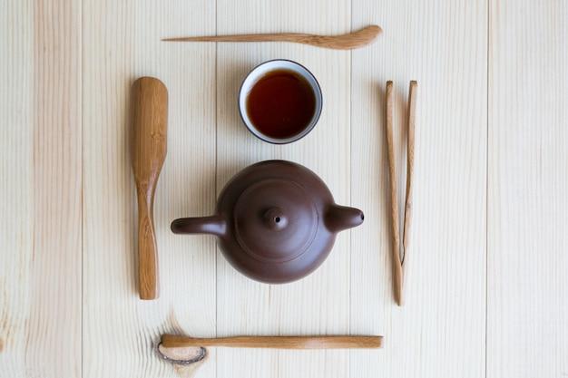 Gerechten voor thee en houten stokjes Premium Foto