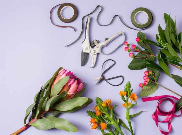 Gereedschap en accessoires die bloemisten nodig hebben om een boeket te maken Gratis Foto