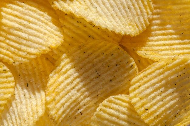 Geribbelde chips met kruiden. detailopname Premium Foto
