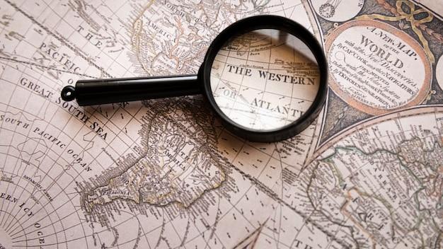Gericht op de westelijke plek op de kaart Gratis Foto