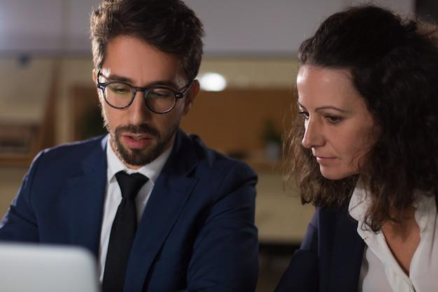 Gerichte bedrijfsmensen die met laptop werken Gratis Foto