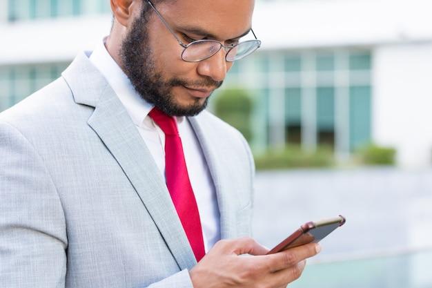 Gerichte ernstige zakenman die berichten texting Gratis Foto
