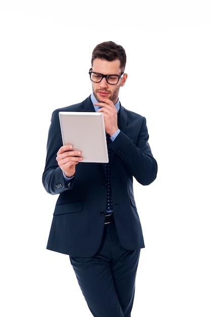 Gerichte man aan het werk met een digitale tablet Gratis Foto