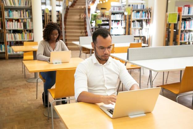Gerichte volwassen studenten die online testen afleggen Gratis Foto