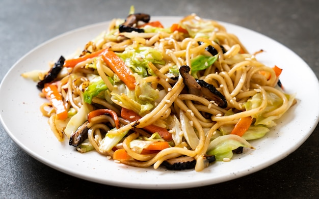 Geroerbakte yakisoba-noedel met groente Premium Foto