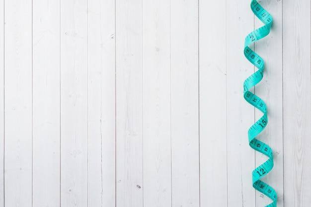 Gerolde centimeterheerser met meetcompartimenten op witte achtergrond. Premium Foto