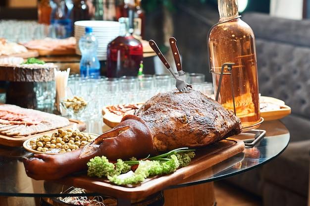 Gerookt varkensvleesbeen dat bij het smakelijke de honger van het restaurantvoedsel concept wordt gediend. Gratis Foto