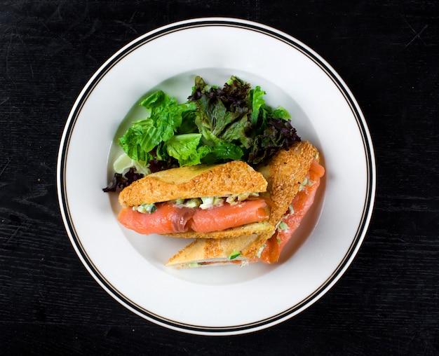Gerookte zalm gewikkeld in brood met zijgroen Gratis Foto