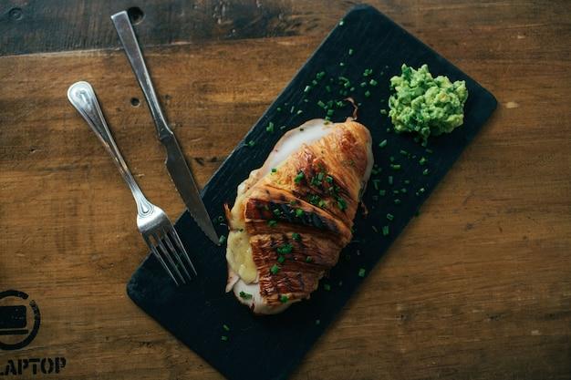 Geroosterde en knapperige franse croissant met ham en gesmolten kaas Gratis Foto