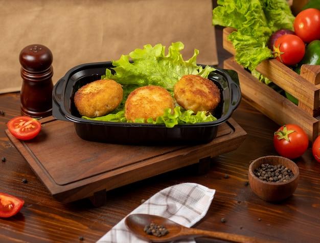Geroosterde gefrituurde kaasballetjes met aardappel gevuld met kaas en vlees Gratis Foto