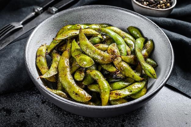 Geroosterde groene edamame sojabonen, japans eten Premium Foto