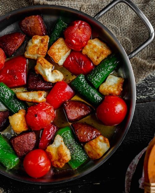 Geroosterde groenten en plakjes vlees Gratis Foto